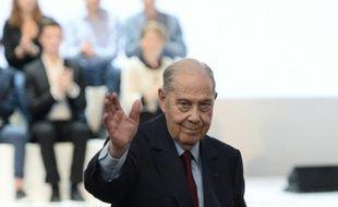 L'ancien ministre de la Défense, Charles Pasqua, salue les participants du congrès fondateur des Républicains, le 30 mai 2015