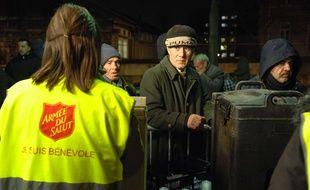 Distribution de repas aux SDF par l'Armée du salut, à Paris.