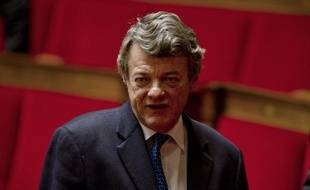 Jean-Louis Borloo, ardent défenseur d'un tournant social du gouvernement, s'est invité mercredi au sommet social voulu par le président Sarkozy en rappelant ses propositions avant de réaffirmer sa volonté de peser dans la majorité par la voie parlementaire.