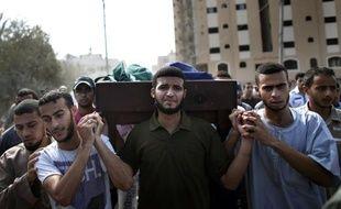 Funérailles le 23 août 2014 à Gaza des membres de la famille palestinienne tués par une frappe israélienne