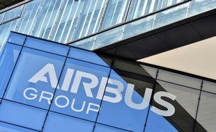 Logo de la compagnie Airbus sur la facade de son siège le 28 juin 2016 à Blagnac prés de Toulouse