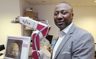 Le patron et fondateur de Medtech, Bertin Nahum, avec un de ses robots d'assistance chirurgicale à Castelnau-le-Lez (Hérault) le 7 janvier 2014