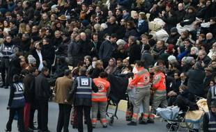Arrivée des victimes blessées à la  cérémonie d'hommage national aux victimes des attentats de Paris et Saint-Denis, le 27 novembre 2015 aux Invalides à Paris