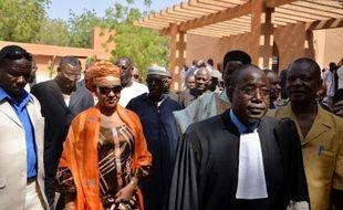 L'épouse de Hama Amadou (2è g), ancien Premier ministre du Niger, sort le 2 janvier 2015 du tribunal correctionnel de Niamey en compagnie de l'avocat de son mari, Me Mossi Boubacar (2è d)