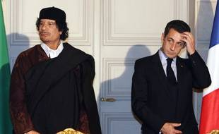 Nicolas Sarkozy recevant Mouammar Kadhafi à l'Elysée en décembre 2007, quelques mois après son accession au pouvoir.