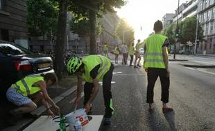 Les jeunes membres du collectif Velorution ont réalisé par eux-mêmes un marquage destiné aux cyclistes sur l'avenue des Vosges.