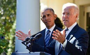 Le vice-président américain Joe Biden (d) avec le président Barack Obama, à Washington le 21 octobre 2015