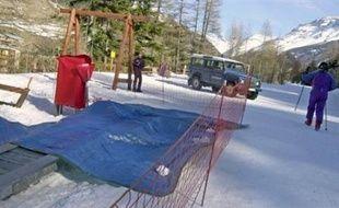 Le procès après le drame qui avait coûté la vie à une fillette de huit ans, happée par la trappe d'un tapis roulant dans la station de Val-Cenis (Savoie) en février 2004, s'est ouvert lundi matin devant le tribunal correctionnel d'Albertville, a constaté un journaliste de l'AFP.