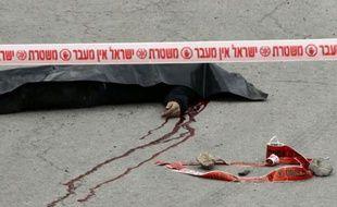 Le corps d'un Palestinien qui aurait été achevé par un soldat israélien alors qu'il était à terre, le 24 mars 2016, à Tel Rumeida, un quartier de la ville d'Hébron