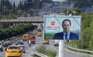 Une affiche électorale du candidat à la présidentielle Youssef Chahed, à Tunis