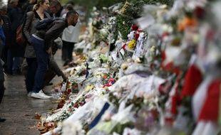 Depuis la nuit de vendredi à samedi, le périmètre des attaques perpétrées dans le centre de Paris est jonché de fleurs, bougies et nombreux messages de paix. Les victimes sont progressivement rendues à leurs familles, qui vont pouvoir organiser leurs funérailles.