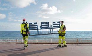 Des agents de la ville de Nice enlèvent les chaises bleues de la promenade des Anglais, le 12 novembre 2020