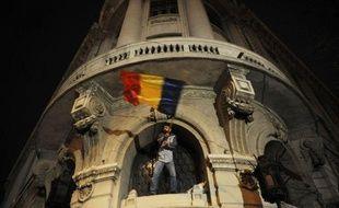 Environ 10.000 Roumains ont manifesté lundi dans une quarantaine de villes pour réclamer la démission du président Traian Basescu et protester contre la dégradation de leurs conditions de vie, sans qu'aucun incident notable ne soit enregistré, a annoncé mardi la police.