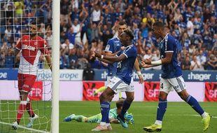 Mohamed Simakan harangue la foule en toute fin de partie. Les Alsaciens se sont arrachés contre Monaco.