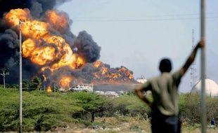 L'incendie provoqué par une énorme explosion dans la principale raffinerie pétrolière du Venezuela se poursuivait dimanche matin, plus de 30 heures après l'accident qui a fait 39 morts, ont constaté des journalistes de l'AFP.