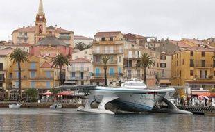 """Un tour du monde en bateau avec pour seul moteur le soleil: le Planetsolar est sur le point de boucler un an et demi d'une """"éco-aventure"""" jamais tentée auparavant, qui peut avoir des débouchés concrets notamment dans le tourisme."""