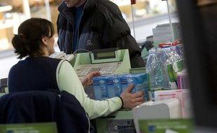 Une femme, caissière dans un supermarché.