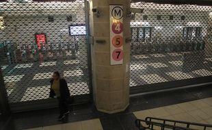 Un accès au métro fermé à cause de la grève, à Paris, le 13 décembre 2019.