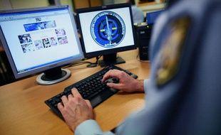 Un gendarme de la Division de lutte contre la cybercriminalité, le 5 novembre 2007, à Rosny-sous-Bois.
