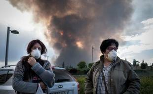 Des riverains de Seseña attendent d'être évacués alors qu'un nuage de fumée toxique se dirige vers la ville espagnole, après un incendie dans une décharge sauvage de pneus le 13 mai 2016