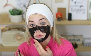 La youtubeuse EnjoyPhoenix teste un masque anti-points noirs.
