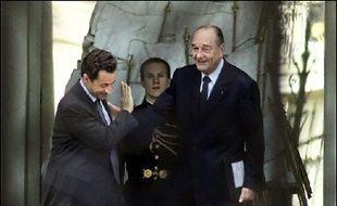 """Jacques Chirac a indiqué lundi à Nicolas Sarkozy que l'élaboration de la proposition de loi sur le CPE devait se faire """"en totale cohérence"""" entre les présidents de groupe UMP à l'Assemblée et au Sénat, le Premier ministre Dominique de Villepin et les deux ministres en charge du dossier, selon l'entourage du chef de l'Etat."""