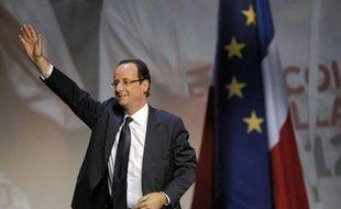 """François Hollande, candidat PS à l'Elysée, a appelé au """"patriotisme"""" des grandes entreprises pour qu'elles recrutent des """"jeunes des banlieues"""" et demandé aux talents recrutés aux Etats-Unis et au Qatar de """"rester travailler avec nous"""", dimanche sur France 3."""