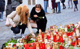 Des bougies en hommage aux quatre victimes de l'attaque terroriste à Vienne, le 6 novembre 2020.