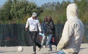 Calais (Pas-de-Calais), le 13 octobre 2016. Des adolescents jouent au football dans la «jungle» de Calais.