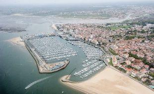 Arcachon, 18 avril 2013. - La ville d'Arcachon et son port de plaisance, vus du ciel. - Photo : Sebastien Ortola