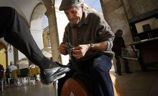 """Chômeur de longue durée, à la rue depuis un an, Orlando Sousa se sent """"renaître"""". A 62 ans, il est devenu cireur de chaussures grâce à plusieurs institutions qui veulent ressusciter des métiers traditionnels de Lisbonne, capitale d'un pays en crise."""
