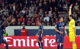 """""""Pourquoi ce rouge ? C'est inacceptable"""", a déclaré Leonardo en zone mixte, à propos de l'exclusion de Thiago Silva, renvoyé aux vestiaires à la 43e minute pour avoir posé ses mains sur la poitrine de l'arbitre."""