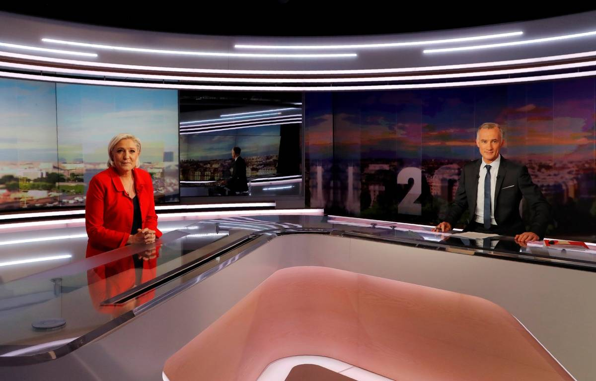 Marine Le Pen sur le plateau du 20 heures de TF1 avec Gilles Bouleau, le 18 mai 2017.  – FRANCOIS GUILLOT / POOL / AFP