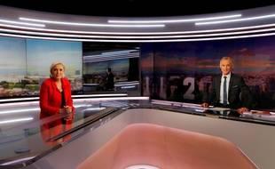 Marine Le Pen sur le plateau du 20 heures de TF1 avec Gilles Bouleau, le 18 mai 2017.