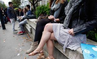 Lyceenne en jupe devant le lycee Clemenceau a Nantes.