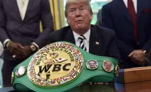 Donald Trump, alors président des Etats-Unis, reçoit à la Maison-Blanche une ceinture de boxe, le 24 mai 2018.