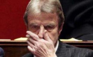Le ministre des Affaires étrangères, Bernard Kouchner, a reçu mercredi le soutien du Premier ministre François Fillon après sa mise en cause dans un livre paru mercredi, dont il a rejeté en bloc les accusations de conflit d'intérêts.