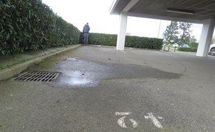 Le parking souterrain de l'IRSS, à Rennes, où un cadavre a été retrouvé dans un chariot de supermarché le 16 mars 2020. Une importante mare de sang est toujours visible au sol.