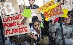 """Des jeunes manifestent pour le climat à Nantes, le 1er mars 2019 à l'occasion des """"Vendredis pour le futur""""."""
