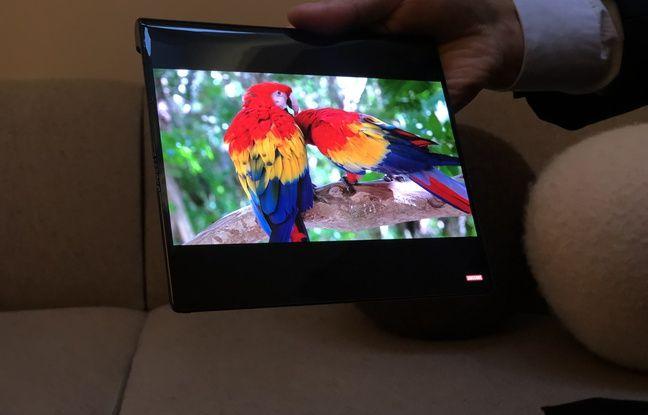 Déplié, l'écran devient carré, avec une diagonale de 20,32 cm.