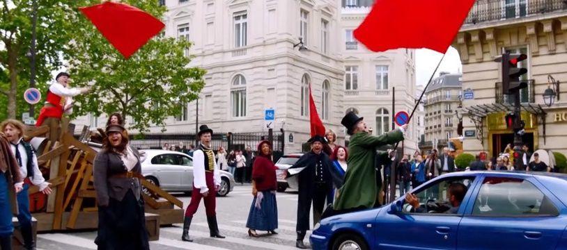 James Corden (sur la voiture) mène la séquence Crosswalk the Musical in Paris - Les Misérables».