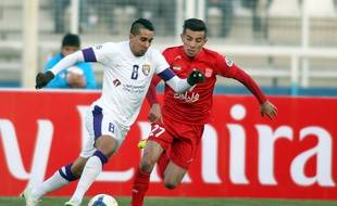 Yassine El Ghanassy (à gauche) en avril 2014 avec le maillot du club émirati Al-Ain.