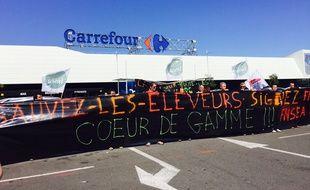 Les éleveurs ont manifesté devant le Carrefour de Lormont.