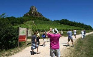 Des touristes à La-Roche-de-Solutré près de Mâcon