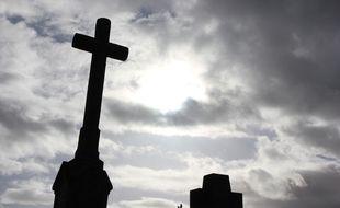 Toussaint. Illustration de croix chrétiennes surplombant des tombes dans un cimetière à Rennes.