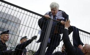 Pierre Plissonnier, responsable de l'activité long courrier à Air France, s'échappe en escaladant un grillage le 5 octobre 2015 à Roissy-en-France
