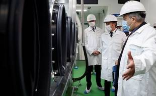 Emmanuel Macron lors d'une visite du laboratoire pharmaceutique Seqens à Villeneuve-la-Garenne (Hauts-de-Seine), le vendredi 28 août 2020.
