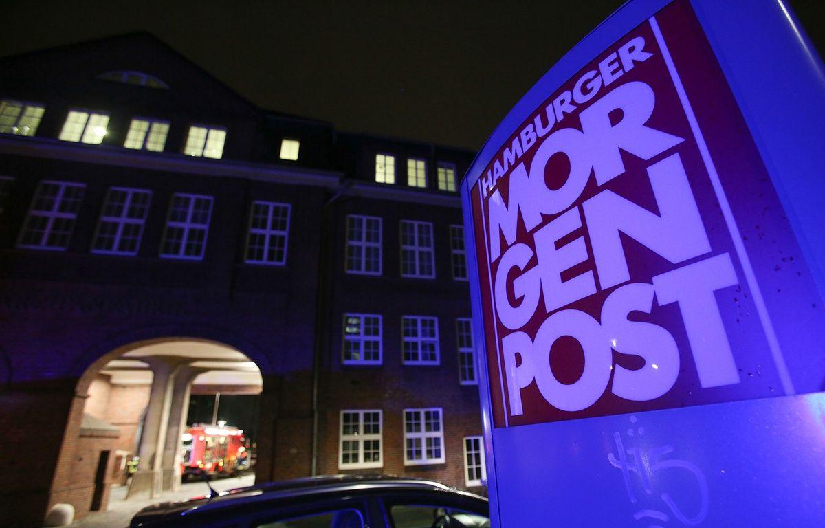 Les pompiers interviennent dans la cour du journal allemand Hamburger Morgenpost, à Hambourg, le 11 janvier 2015. – BODO MARKS / DPA / AFP