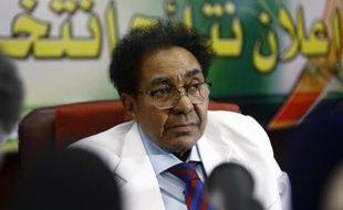Mokhtar al-Asam, chef de la commission électorale soudanaise, le 27 avril 2015, lors d'une conférence de presse à Khartoum