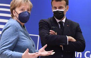 La chancelière allemande Angela Merkel, à gauche, s'entretient avec le président français Emmanuel Macron lors d'une table ronde au sommet de l'UE à Bruxelles, le mardi 25 mai 2021.
